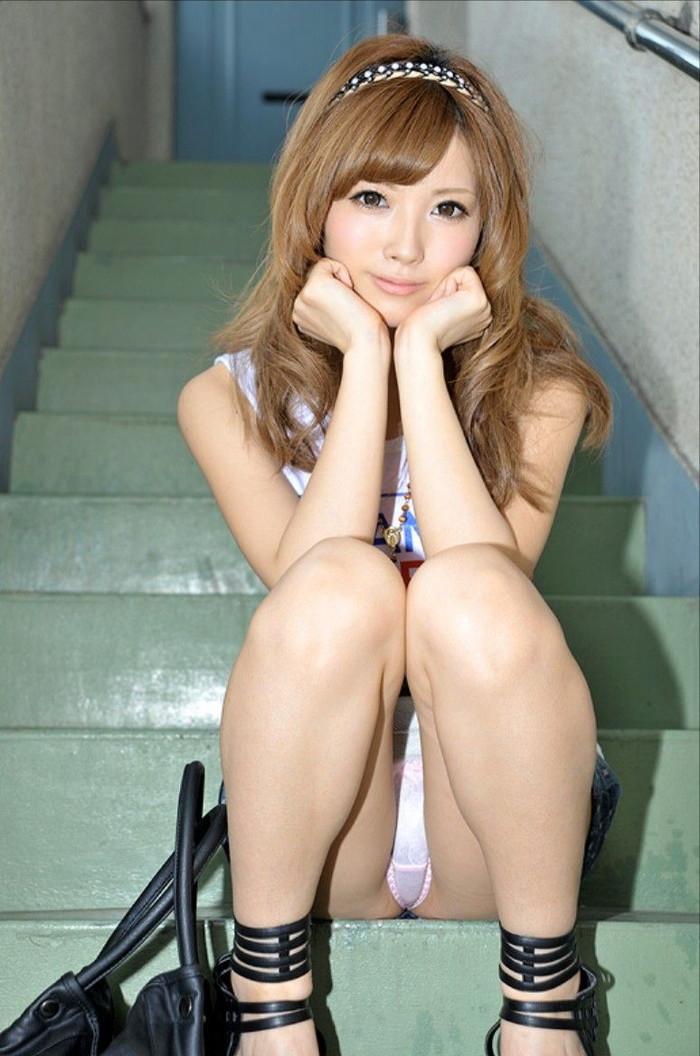 【しゃがみ込みパンチラエロ画像】ぷっくりした股間に視線は釘付け!www 11