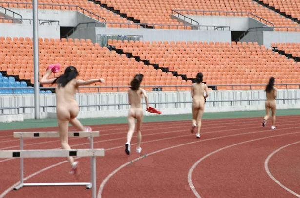 【全裸スポーツエロ画像】こんな格好でスポーツとか正気とは思えない女の子たち!