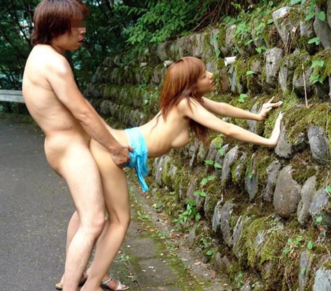 【青姦エロ画像】屋外でセックス!野外セックス好き!ってやつ寄ってこい! 23