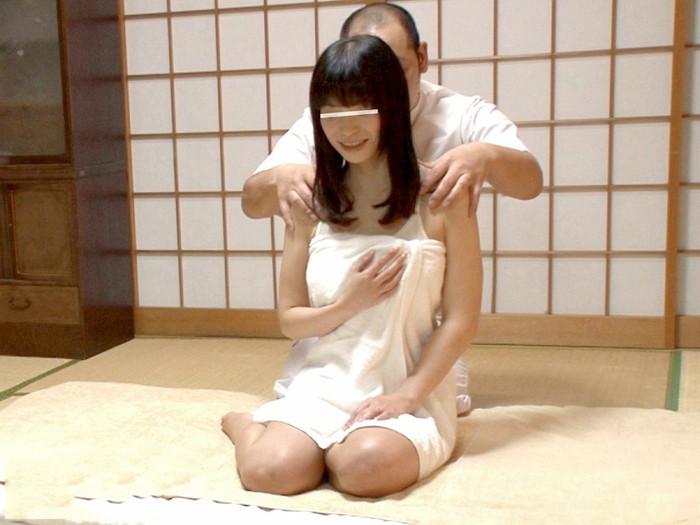 【マッサージエロ画像】マッサージという名目で女の子に厭らしい事をしている悪徳マッサージ師! 22