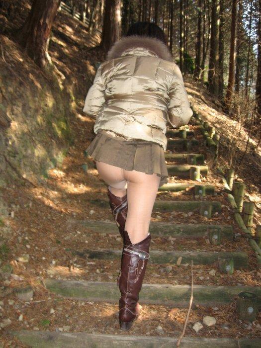 【野外露出エロ画像】素人娘たちによる過激すぎる野外露出画像集めたったwww 15