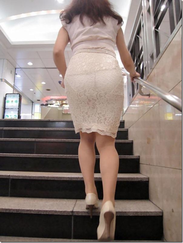 【街撮り着衣透けエロ画像】意外と大胆に透けている!街中で見かけた着衣の透けてる女の子! 01
