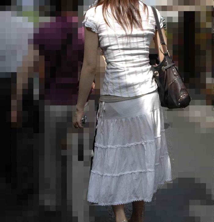 【街撮り着衣透けエロ画像】意外と大胆に透けている!街中で見かけた着衣の透けてる女の子! 02