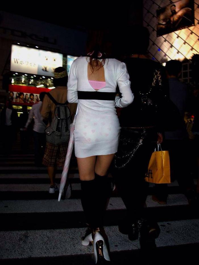 【街撮り着衣透けエロ画像】意外と大胆に透けている!街中で見かけた着衣の透けてる女の子! 03
