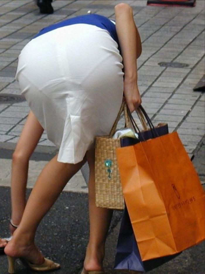 【街撮り着衣透けエロ画像】意外と大胆に透けている!街中で見かけた着衣の透けてる女の子! 05