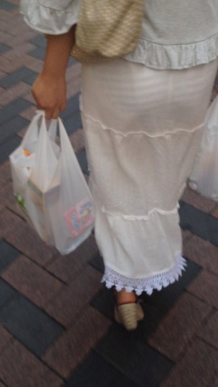 【街撮り着衣透けエロ画像】意外と大胆に透けている!街中で見かけた着衣の透けてる女の子! 06