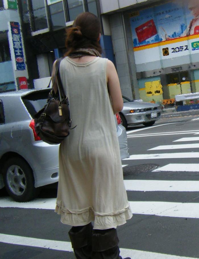 【街撮り着衣透けエロ画像】意外と大胆に透けている!街中で見かけた着衣の透けてる女の子! 07