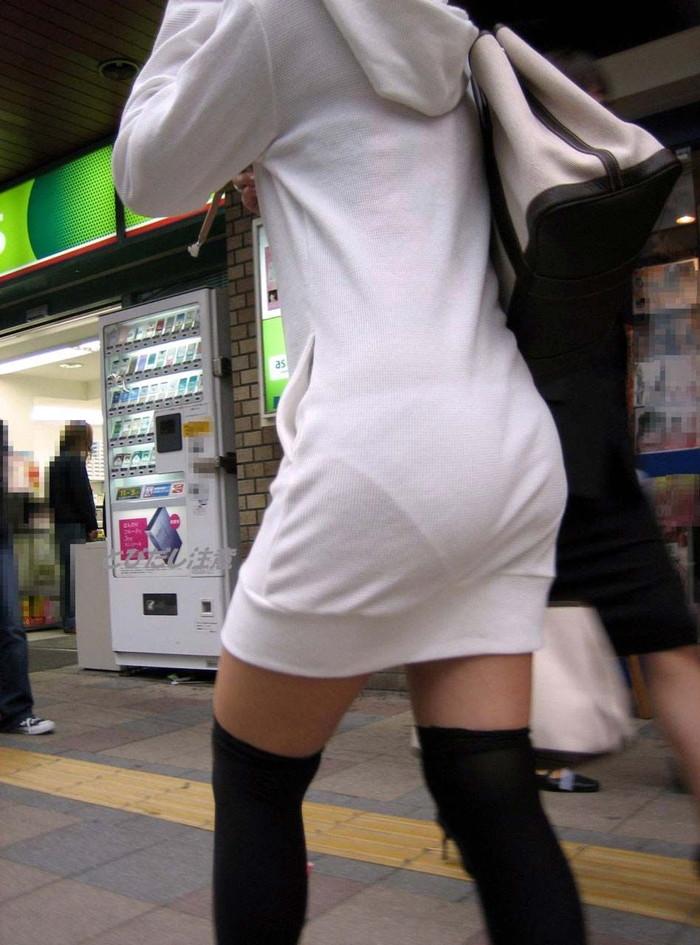 【街撮り着衣透けエロ画像】意外と大胆に透けている!街中で見かけた着衣の透けてる女の子! 09