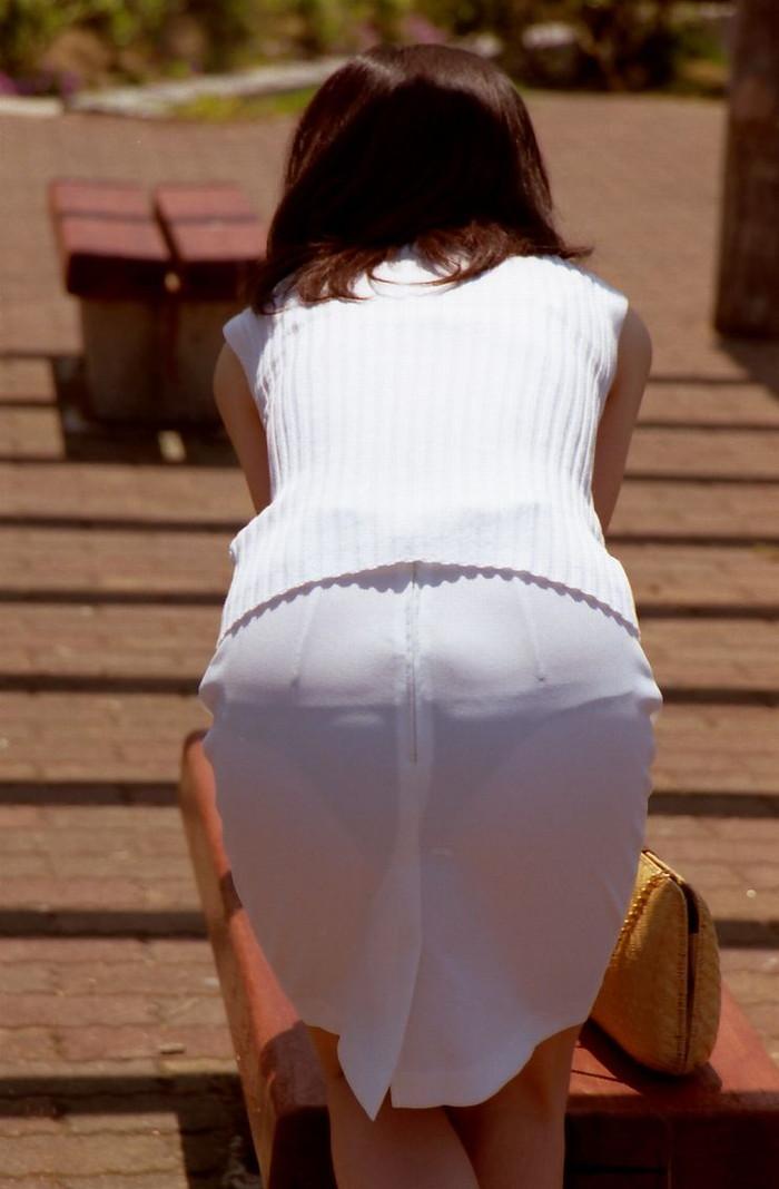 【街撮り着衣透けエロ画像】意外と大胆に透けている!街中で見かけた着衣の透けてる女の子! 10
