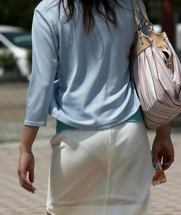 【街撮り着衣透けエロ画像】意外と大胆に透けている!街中で見かけた着衣の透けてる女の子! 13