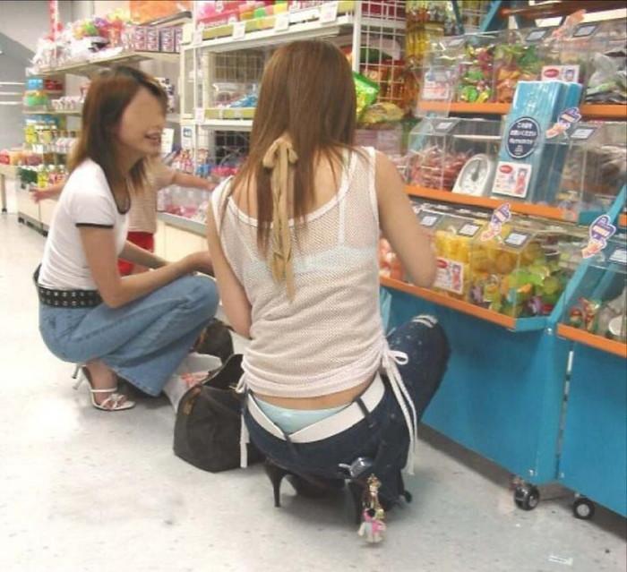 【街撮り着衣透けエロ画像】意外と大胆に透けている!街中で見かけた着衣の透けてる女の子! 14