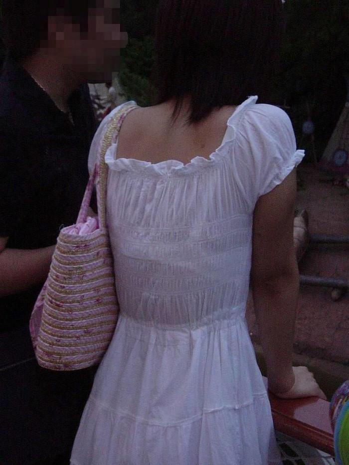 【街撮り着衣透けエロ画像】意外と大胆に透けている!街中で見かけた着衣の透けてる女の子! 15