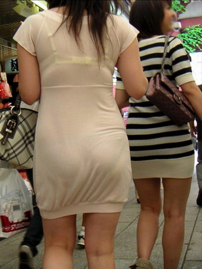 【街撮り着衣透けエロ画像】意外と大胆に透けている!街中で見かけた着衣の透けてる女の子! 16