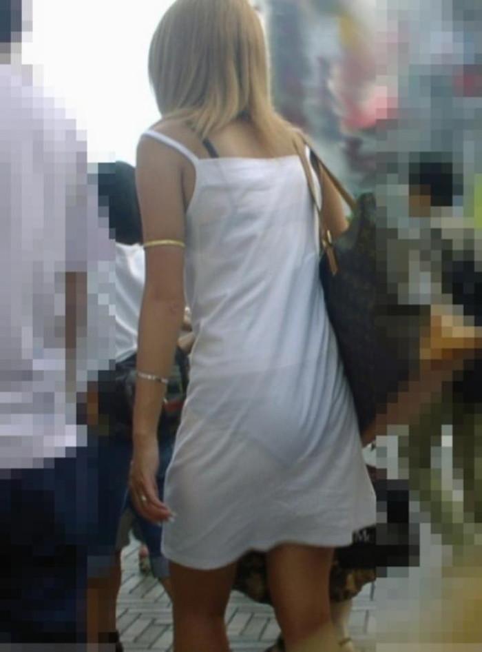 【街撮り着衣透けエロ画像】意外と大胆に透けている!街中で見かけた着衣の透けてる女の子! 17