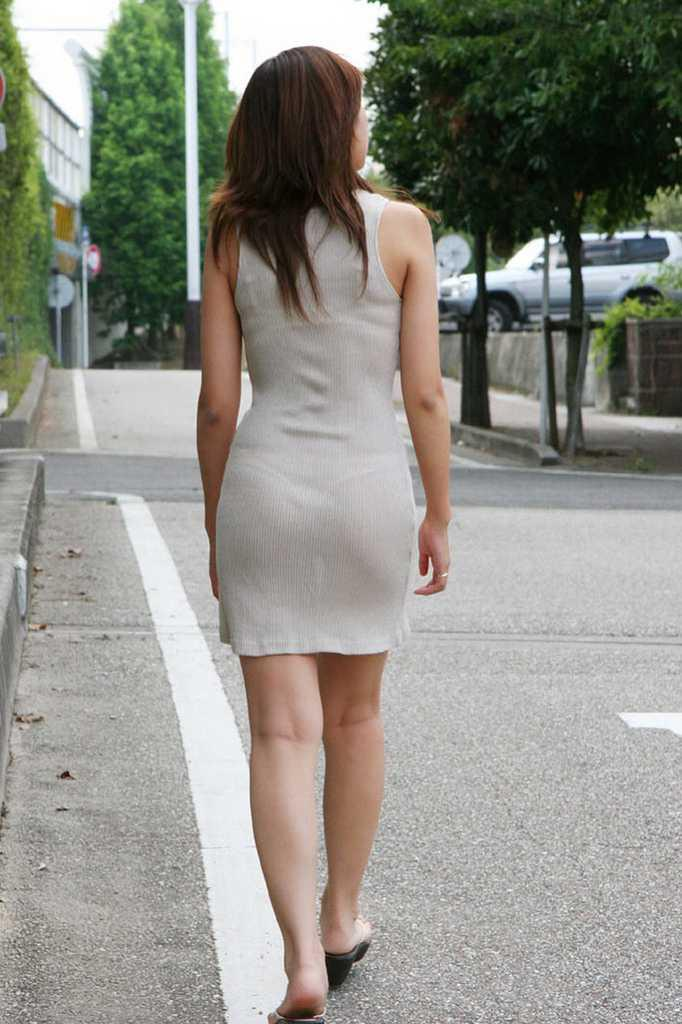 【街撮り着衣透けエロ画像】意外と大胆に透けている!街中で見かけた着衣の透けてる女の子! 19