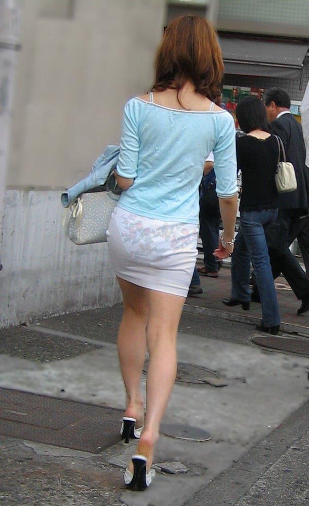 【街撮り着衣透けエロ画像】意外と大胆に透けている!街中で見かけた着衣の透けてる女の子! 21