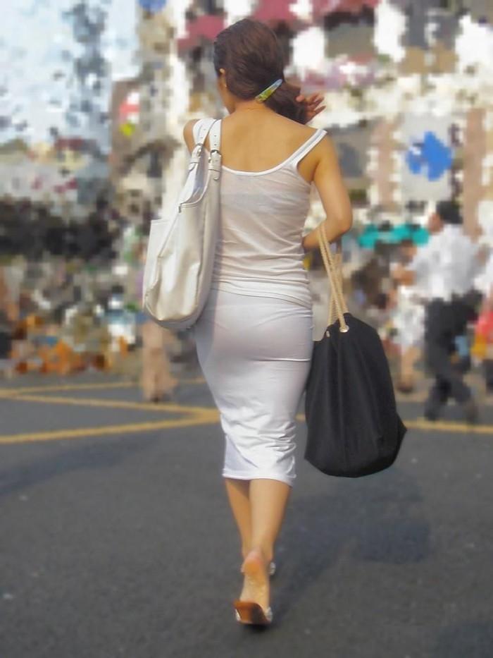 【街撮り着衣透けエロ画像】意外と大胆に透けている!街中で見かけた着衣の透けてる女の子! 23