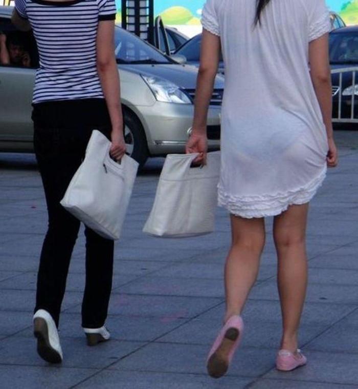 【街撮り着衣透けエロ画像】意外と大胆に透けている!街中で見かけた着衣の透けてる女の子! 24