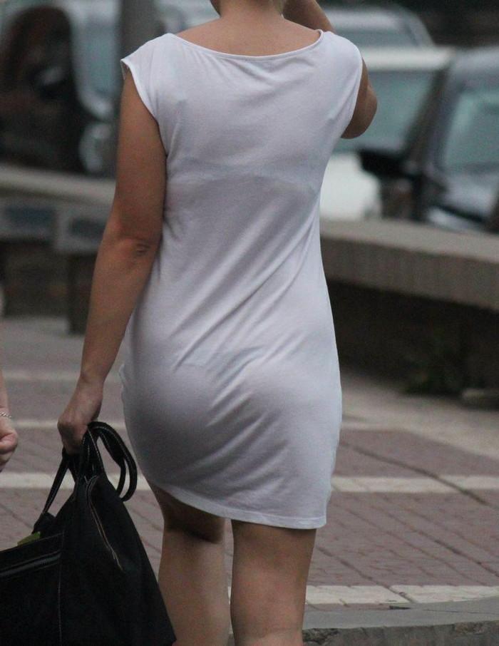 【街撮り着衣透けエロ画像】意外と大胆に透けている!街中で見かけた着衣の透けてる女の子! 26