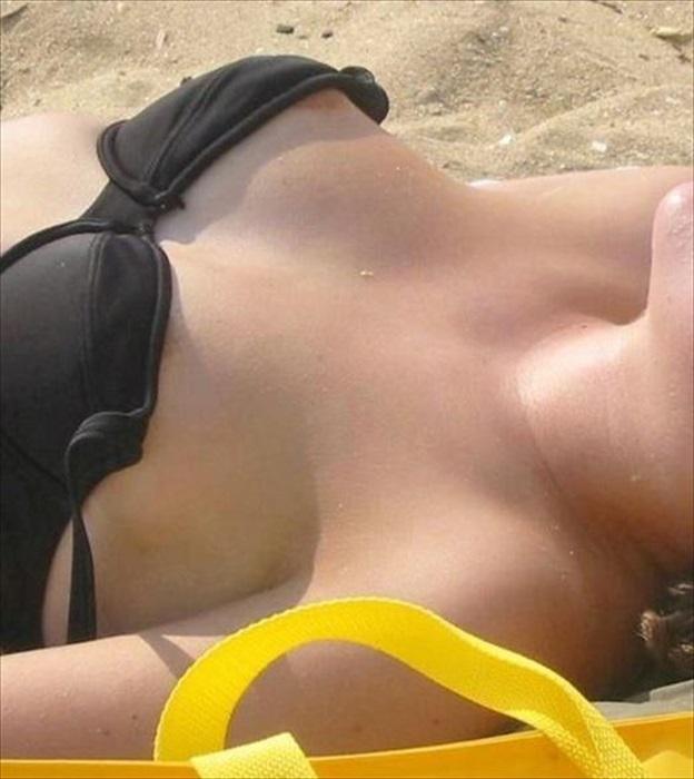 【水着ハプニングエロ画像】下着同然の姿だからもちろん、こんなハプニングもww 10