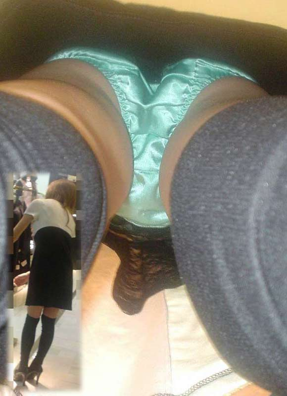 【逆さ撮りエロ画像】強引に女の子のスカートの中身を狙った結果がエロ杉!ww 23