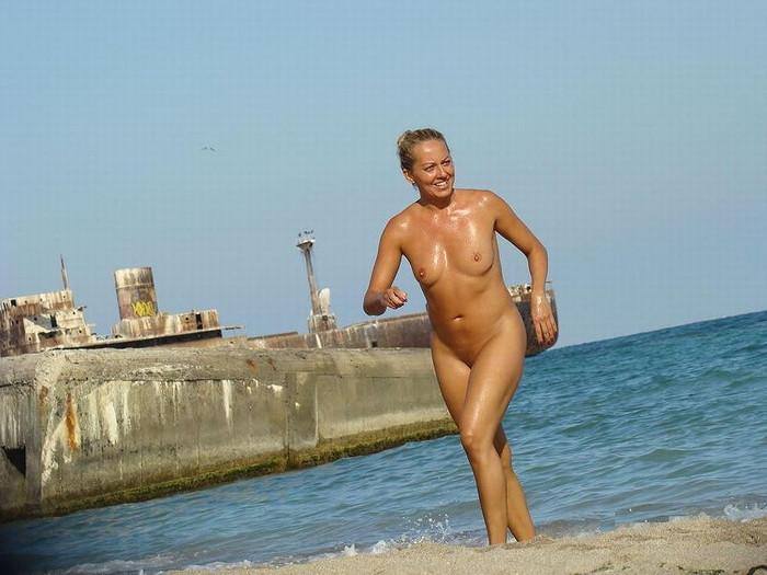 【ヌーディストビーチエロ画像】周りを見渡せば女の子の裸だらけ!絶景かな絶景かな!ww 17