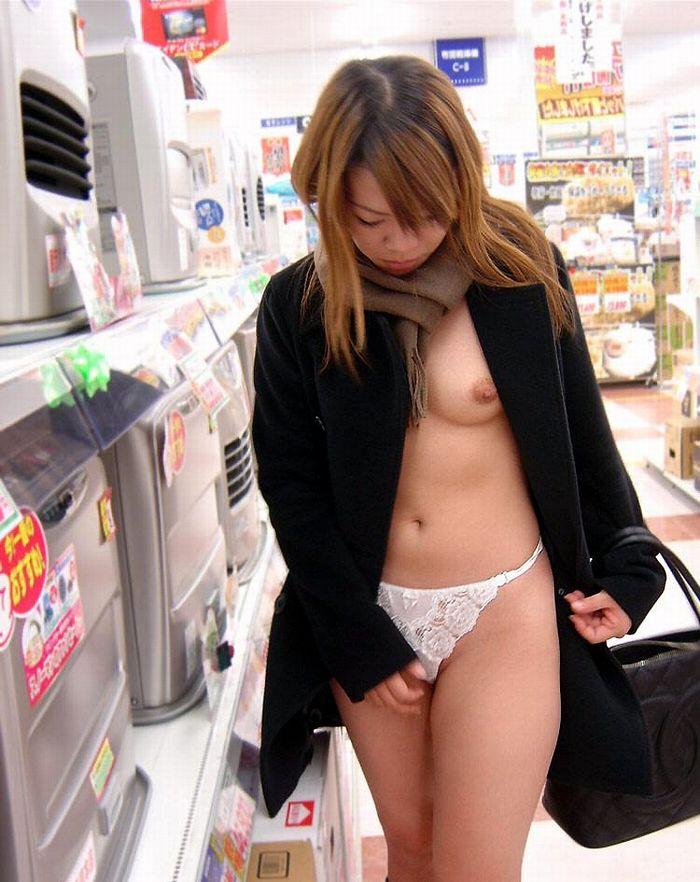 【店内露出エロ画像】マジか!?営業中の店内で露出を決行しちゃう変態女! 02