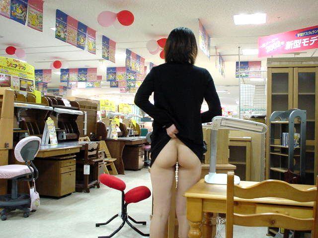 【店内露出エロ画像】マジか!?営業中の店内で露出を決行しちゃう変態女! 08