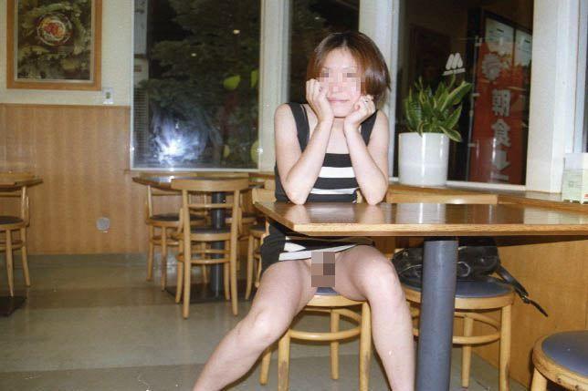 【店内露出エロ画像】マジか!?営業中の店内で露出を決行しちゃう変態女! 18