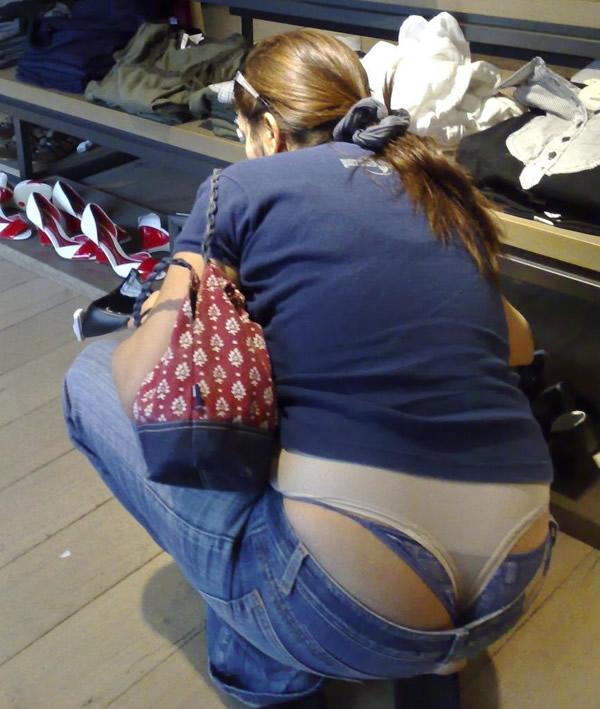 【ローライズエロ画像】街中で見かけたローライズの女の子がまるでプチ露出な件w 04