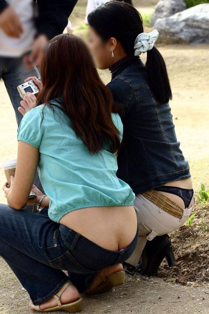 【ローライズエロ画像】街中で見かけたローライズの女の子がまるでプチ露出な件w 20