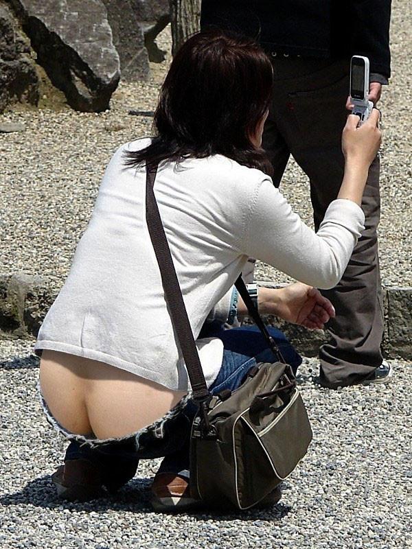【ローライズエロ画像】街中で見かけたローライズの女の子がまるでプチ露出な件w 31
