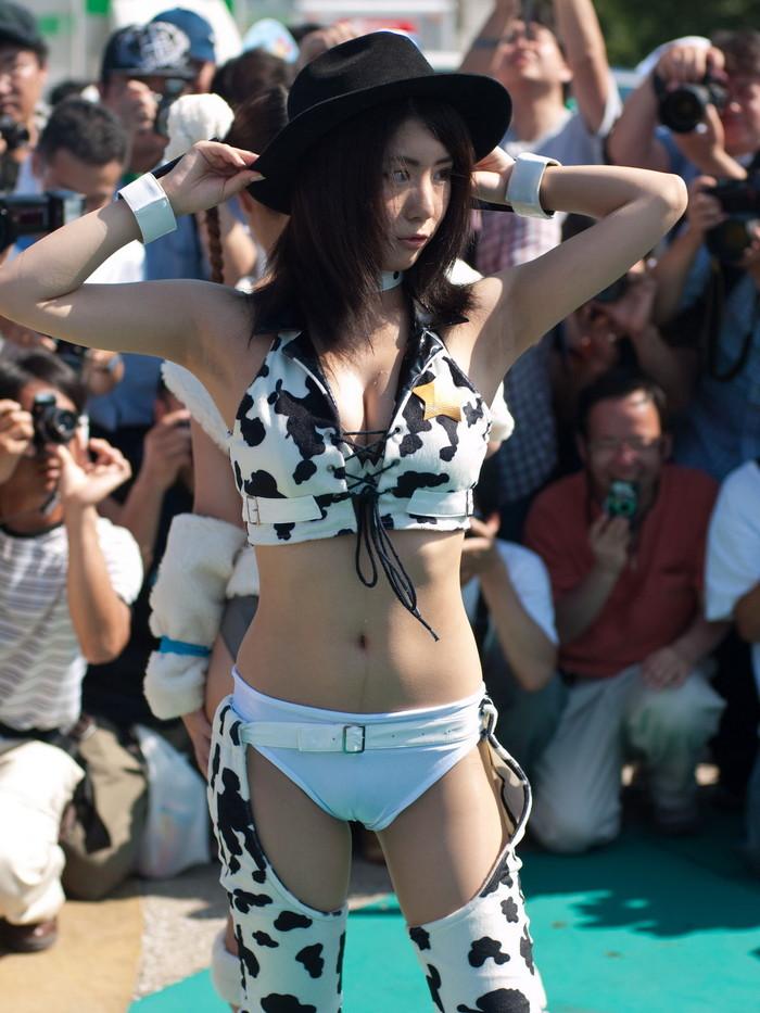 【コミケエロ画像】素人娘たちの過激なコスプレ姿が見放題のコミケ会場! 29