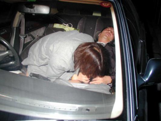【カーセックスエロ画像】車の中という閉鎖された空間だから大胆にセックス! 04