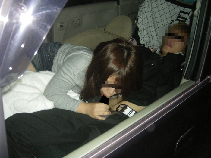 【カーセックスエロ画像】車の中という閉鎖された空間だから大胆にセックス! 08