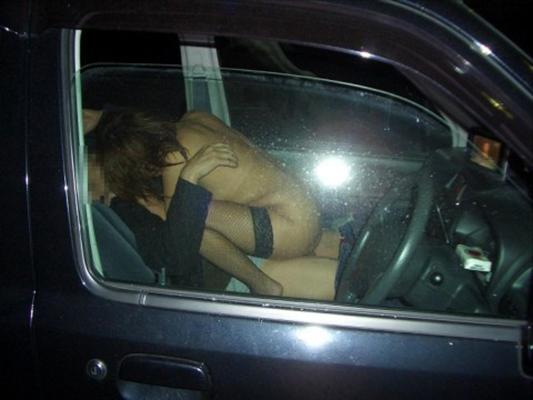 【カーセックスエロ画像】車の中という閉鎖された空間だから大胆にセックス! 11