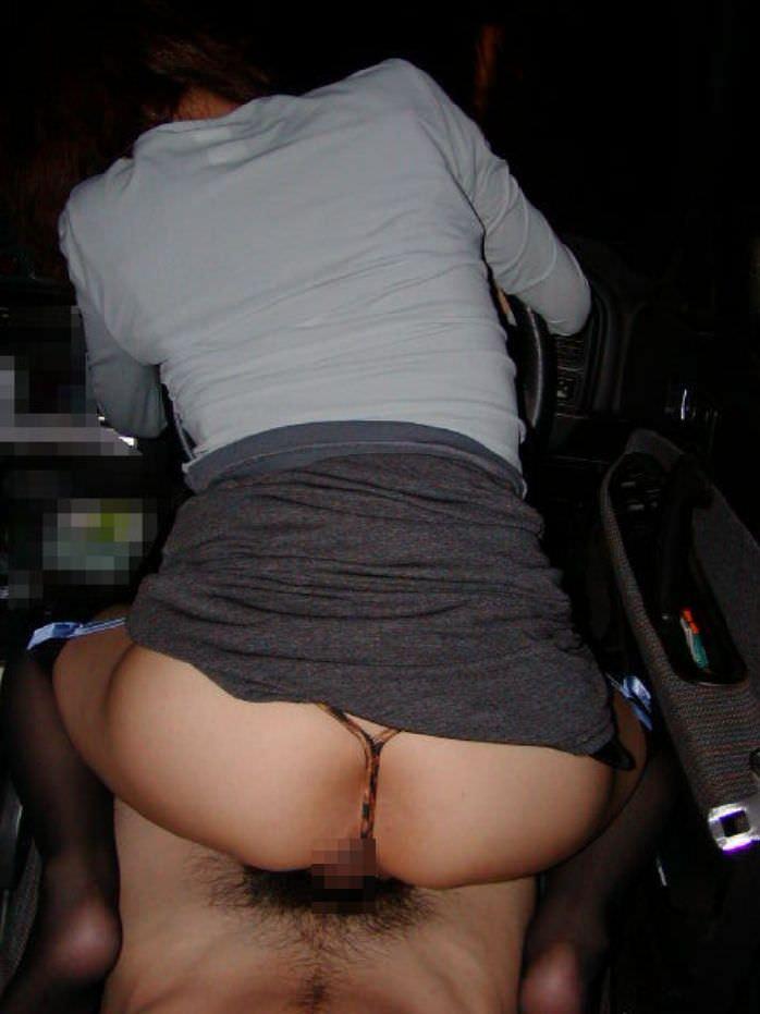 【カーセックスエロ画像】車の中という閉鎖された空間だから大胆にセックス! 29