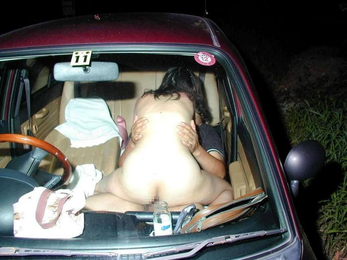【カーセックスエロ画像】車の中という閉鎖された空間だから大胆にセックス! 30