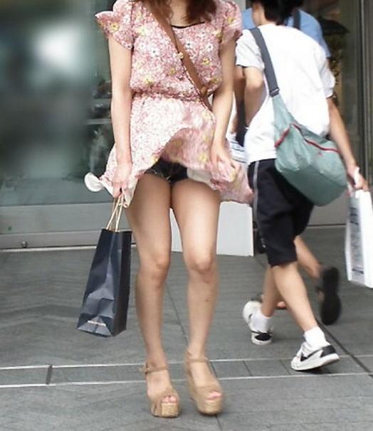 【風パンチラエロ画像】スカートが風が舞い上がる→撮った!ってやつw 27