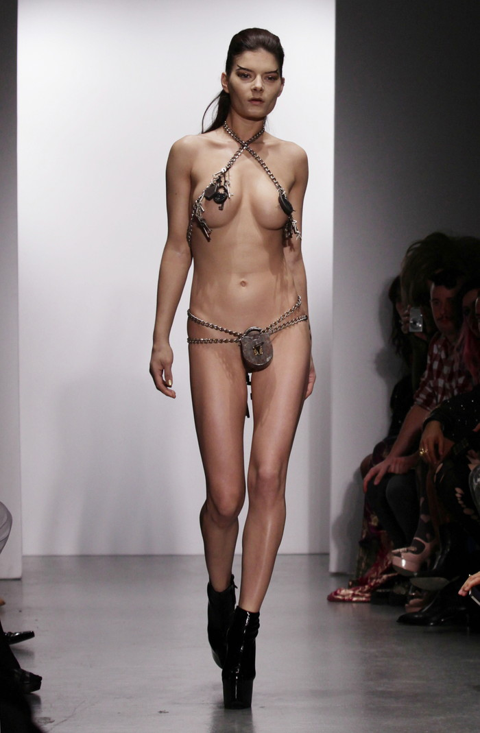 【ファッションショーエロ画像】これストリップじゃなくて、ファッションショーだからな!? 02