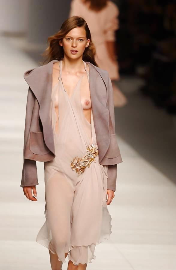 【ファッションショーエロ画像】これストリップじゃなくて、ファッションショーだからな!? 20