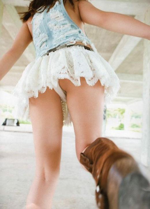 【ローアングルエロ画像】低い視線から女の子のスカートの中身を盗撮した結果w 03