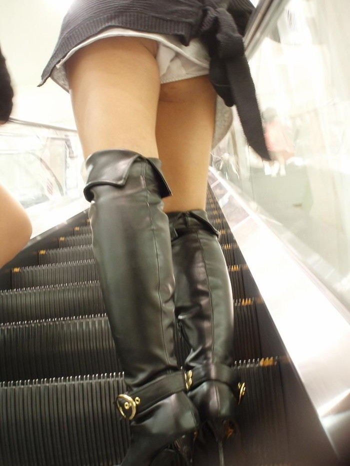 【ローアングルエロ画像】低い視線から女の子のスカートの中身を盗撮した結果w 06
