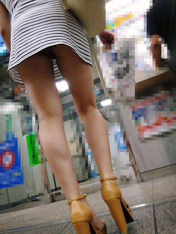 【ローアングルエロ画像】低い視線から女の子のスカートの中身を盗撮した結果w 08