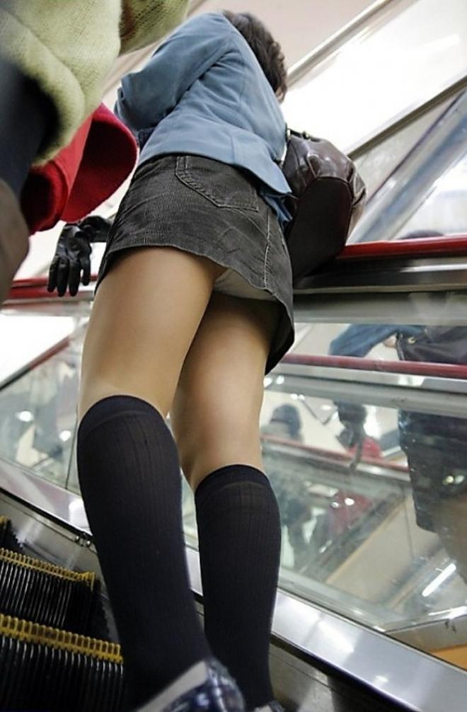 【ローアングルエロ画像】低い視線から女の子のスカートの中身を盗撮した結果w 10
