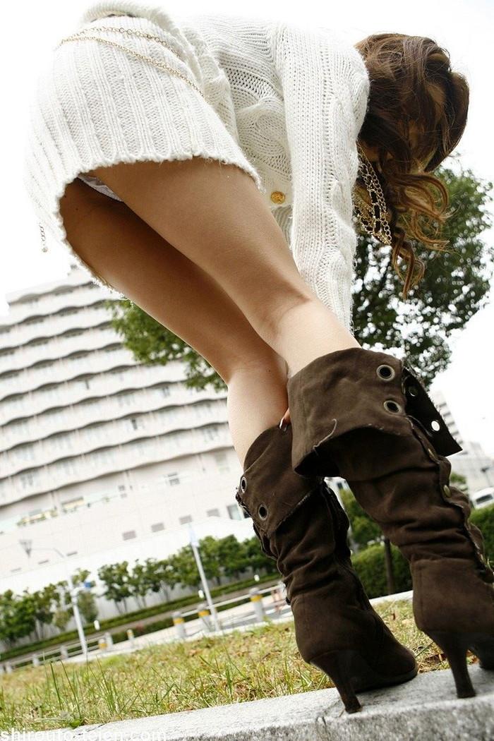 【ローアングルエロ画像】低い視線から女の子のスカートの中身を盗撮した結果w 16
