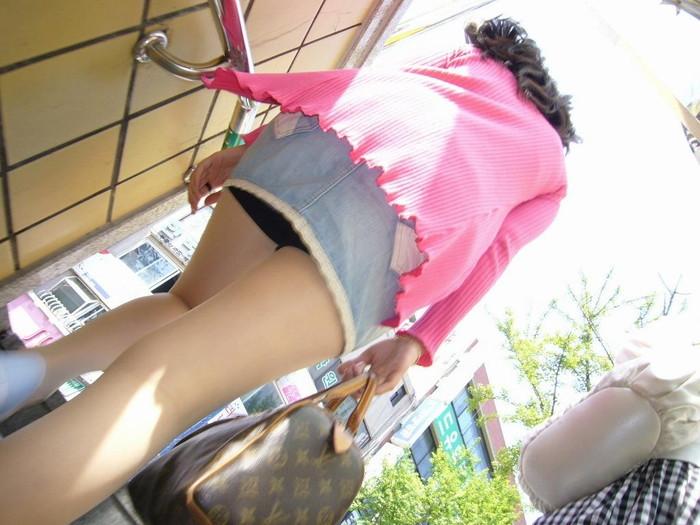 【ローアングルエロ画像】低い視線から女の子のスカートの中身を盗撮した結果w 19