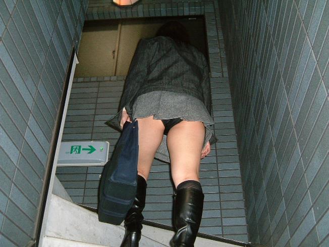 【ローアングルエロ画像】低い視線から女の子のスカートの中身を盗撮した結果w 21