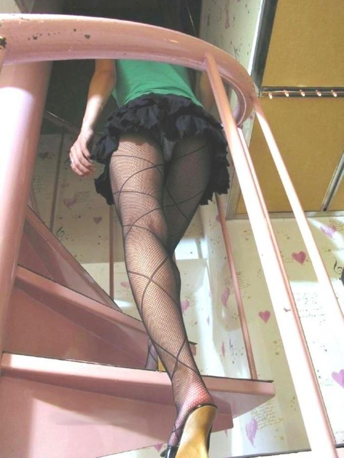 【ローアングルエロ画像】低い視線から女の子のスカートの中身を盗撮した結果w 22