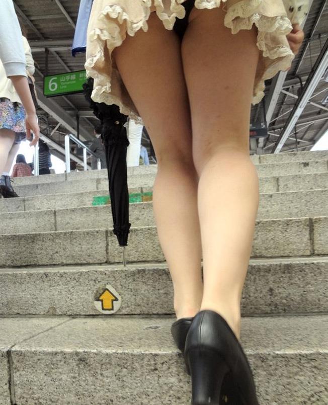 【ローアングルエロ画像】低い視線から女の子のスカートの中身を盗撮した結果w 23
